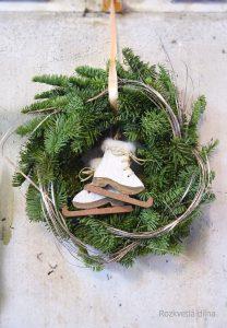 Vánoční věnec závěsný s bruslemi