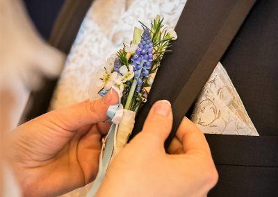 korsáž ženicha s modřencem