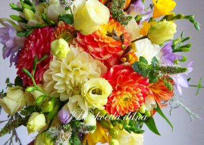 svatební kytice s jiřinami