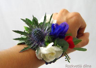 květinový náramek na ruku