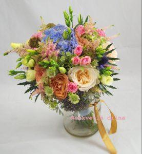 svatební letní kytice s růžemi a hortenzií z Rozkvetlé dílny