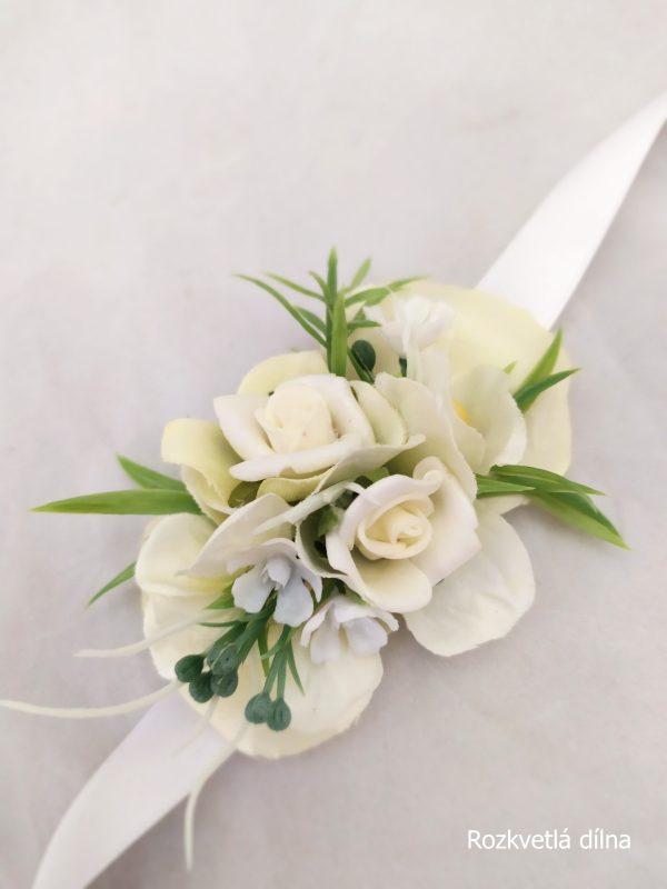Květinový náramek v bílé