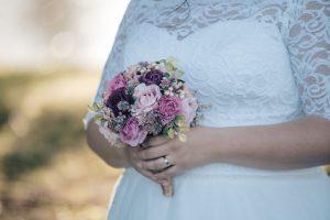 Umělá svatební kytice ve vínové