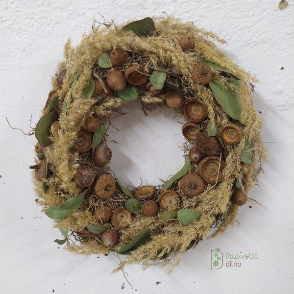 Žaludy v trávě - závěsný věnec