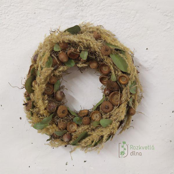Žaludy v trávě - přírodní závěsný věnec