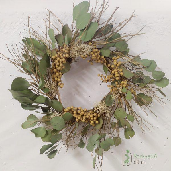 Závěsný věnec v minimalistickém přírodním stylu s eukalyptem